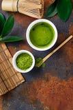 Zielonego matcha herbaty i napoju herbaciani akcesoria na ciemnym ośniedziałym tle Zdjęcia Royalty Free