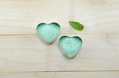 Zielonego morza sól w sercu kształtował pudełko Zdjęcia Royalty Free