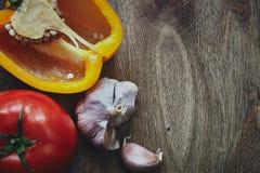 Zielonego pieprzu, pomidoru i czosnku głowy, Obrazy Stock