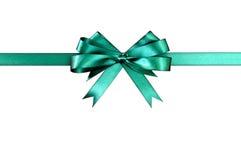 Zielonego prezenta łęku tasiemkowy prosto horyzontalny odosobniony na białym tle Fotografia Royalty Free