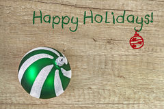 Zielonego szkła Bożenarodzeniowa piłka na lekkim drewnianym tle z tex Obrazy Stock