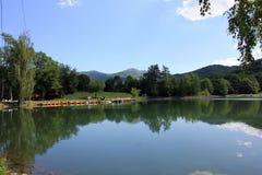 Zielonego wzgórza i jeziora panoramy widok zdjęcia royalty free