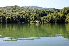 Zielonego wzgórza i jeziora panoramy widok obrazy stock