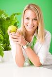 Zielonej biznesowego biura kobiety uśmiechnięty chwyta jabłko Zdjęcia Stock