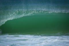 Zielonej fala przerwy na linii brzegowej fontanna monumentalna obraz royalty free