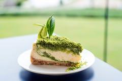 Zielonej herbaty cheesecake deser na białym naczyniu Zdjęcie Stock