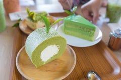 Zielonej herbaty kremowa rolka w drewnianym talerzu Obraz Royalty Free