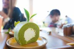 Zielonej herbaty kremowa rolka w drewnianym talerzu Fotografia Royalty Free