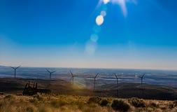 Zielonej podtrzymywalnej energetycznej wiatraczek władzy elektryczności turbinowi generatory na tocznych wzgórzach z chmurami i n obrazy royalty free