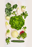 Zielonej rozmaitości sałatkowi warzywa: sałata, cucmber, rzodkwie, koper, kalarepy na białym drewnianym tle Zdjęcia Royalty Free