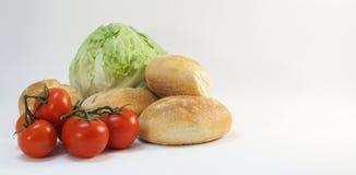Zielonej sałaty czerwoni pomidory i świeże rolek babeczki Obraz Stock