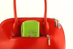 zielonej torebki s czerwony portfel. Zdjęcie Stock