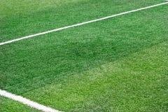 Zielonej trawy pole z białą oceny linii futbolu piłką nożną Zdjęcia Royalty Free