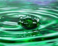 Zielona wody kropla Zdjęcia Royalty Free