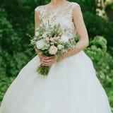 zielony ślubny bukiet w ręce panna młoda Obrazy Royalty Free