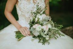 zielony ślubny bukiet w ręce panna młoda Zdjęcie Stock