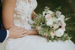 zielony ślubny bukiet w ręce panna młoda Fotografia Royalty Free