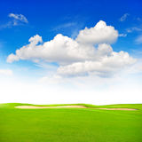 Zielony śródpolny niebieskie niebo natury tła wiosny krajobraz Zdjęcia Stock