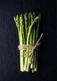Zielony świeży asparagus na czerń łupku kamienia tle Fotografia Stock