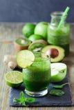 Zielony świeży detox weganinu smoothie, zdrowy napój, energetyczna dieta Obraz Stock