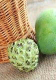 Zielony świeży mango i custard jabłko Zdjęcia Stock