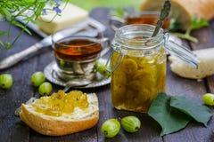 Zielony agrestowy dżem na drewnianym stole Obraz Royalty Free