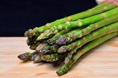 Zielony asparagus na drewnie Zdjęcia Royalty Free