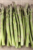 Zielony asparagus na jutowym płótnie Fotografia Royalty Free