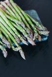 Zielony asparagus na marmurowej tnącej desce Zdjęcia Royalty Free