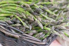 Zielony asparagus w koszu Obraz Royalty Free