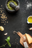 Zielony basilu pesto - włoscy przepisów składniki na czarnym chalkboard Fotografia Royalty Free