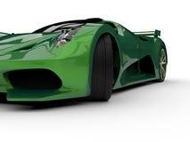 Zielony bieżny pojęcie samochód Wizerunek samochód na białym tle świadczenia 3 d royalty ilustracja