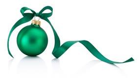 Zielony Bożenarodzeniowy bauble z tasiemkowym łękiem odizolowywającym na białym backgro obrazy royalty free