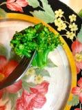 Zielony brokułu plasterek na talerzu obrazy stock