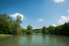 Zielony brzeg rzeki blisko Otocec kasztelu fotografia royalty free