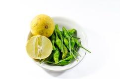 Zielony chili i żółty wapna lamon na białym tle Obrazy Royalty Free