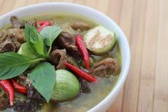Zielony curry w białej filiżance na brown bambusowej podłoga Zdjęcie Stock