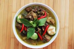 Zielony curry w białej filiżance na brown bambusowej podłoga Obraz Stock