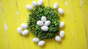 Zielony dekoracyjny Wielkanocny przepiórek jajek wianek na żółtym drewnianym stole zbiory