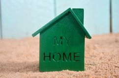 Zielony dom na plaży Zdjęcia Stock