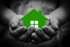 Zielony dom w ręce Zdjęcia Royalty Free
