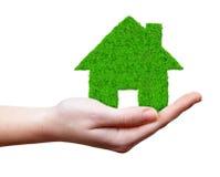 Zielony dom w rękach Obrazy Stock