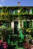 Zielony dom z kwiatami i rośliną Obrazy Royalty Free