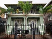 Zielony dom z ogrodzeniem w dzielnicie francuskiej Zdjęcia Royalty Free