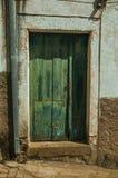 Zielony drewniany drzwi z obieranie farbą obraz stock