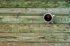 Zielony drewno stół z filiżanką Odgórny widok Obraz Stock