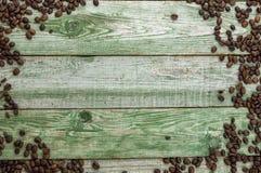 Zielony drewno stół z kawowymi fasolami Odgórny widok Fotografia Royalty Free
