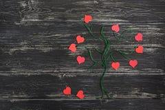 Zielony drzewo robić od bieliźnianej nici z czerwonymi sercami zamiast liści na drewnianym czarnym tle to walentynki dni Fotografia Stock