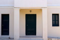 zielony drzwi stary budynek obrazy stock