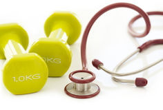 Zielony dumbbell i stetoskop Zdjęcie Royalty Free